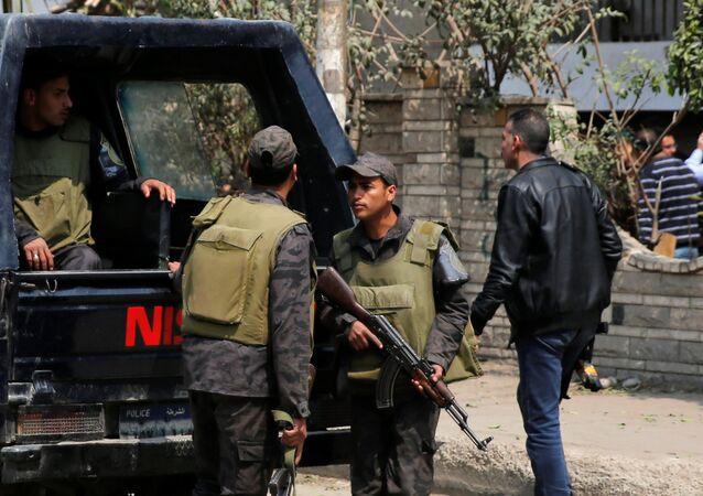 Policja w przedmieściu Kairu