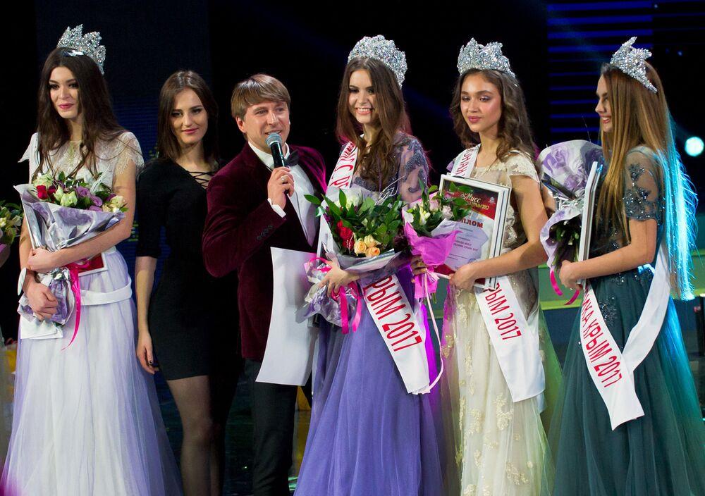 """Prowadzący konkursu """"Miss Republiki Krymu 2017"""", mistrz olimpijski w łyżwiarstwie figurowym Aleksiej Jagudin."""
