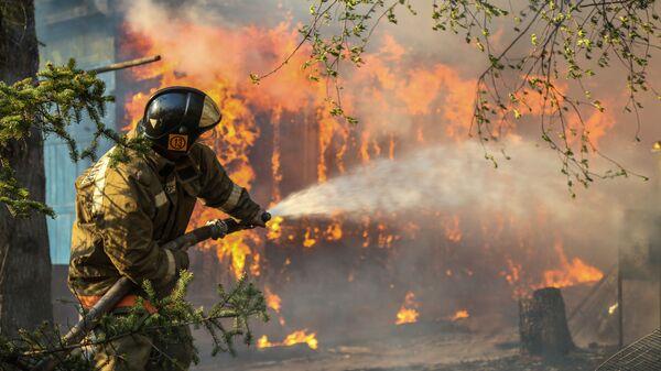 Funkcjonariusze Ministerstwa ds. sytuacji nadzwyczajnych walczący z pożarem w obwodzie amurskim - Sputnik Polska