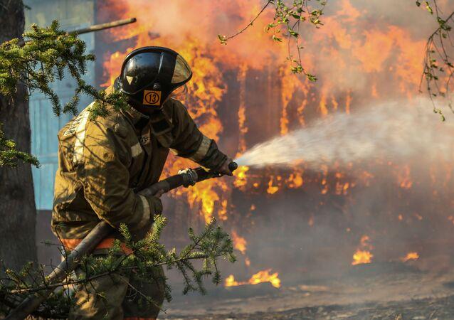 Funkcjonariusze Ministerstwa ds. sytuacji nadzwyczajnych walczący z pożarem w obwodzie amurskim