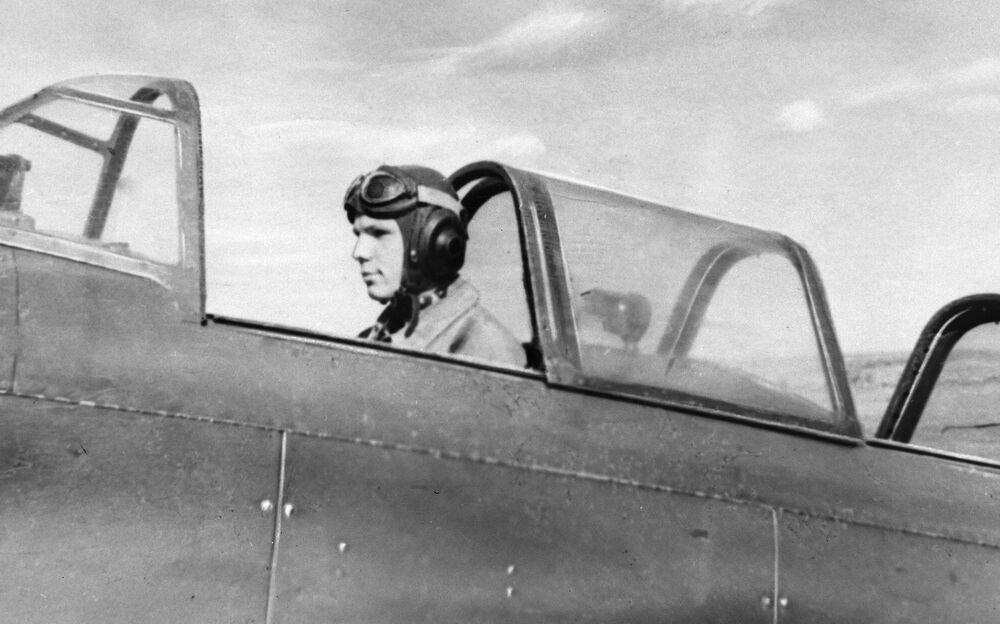 Jurij Gagarin w kokpicie samolotu, Saratów