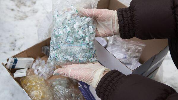 Pracownik Federalnej Służby Kontroli Obrotu Narkotykami przygotowuje się do zniszczenia anabolicznych sterydów w lesie w Niżnym Nowogrodzie - Sputnik Polska