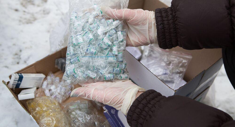 Pracownik Federalnej Służby Kontroli Obrotu Narkotykami przygotowuje się do zniszczenia anabolicznych sterydów w lesie w Niżnym Nowogrodzie