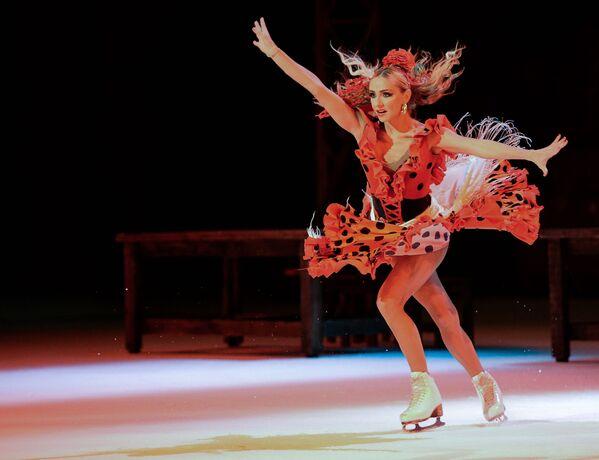Łyżwiarka Tatjana Nawka występuje w musicalu na lodzie Carmen w Moskwie. - Sputnik Polska