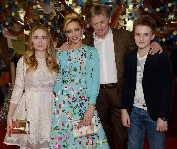 Łyżwiarka Tatjana Nawka z córką i jej mąż Dmitrij Pieskow z synem na imprezie noworocznej BOSCO w Moskwie. - Sputnik Polska