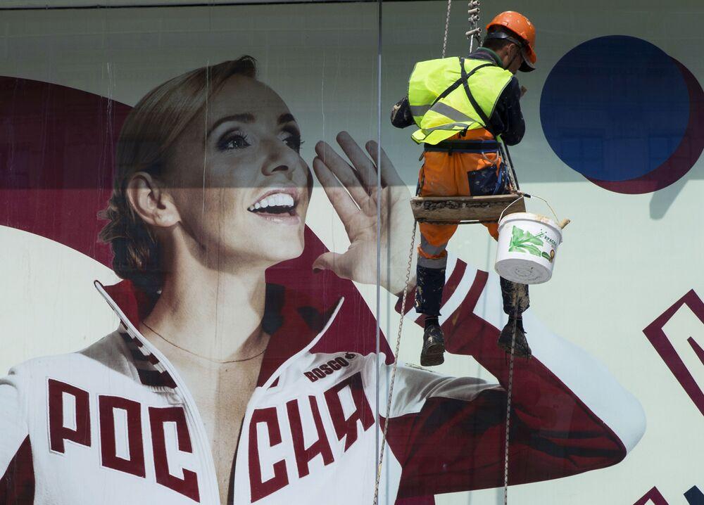 Plakat z wizerunkiem łyżwiarki Tatjany Nawki w Moskwie.