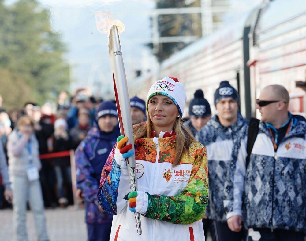 Rosyjska łyżwiarka, mistrzyni olimpijska 2006 roku w tańcach na lodzie Tatjana Nawka podczas sztafety ze zniczem olimpijskim w Soczi.