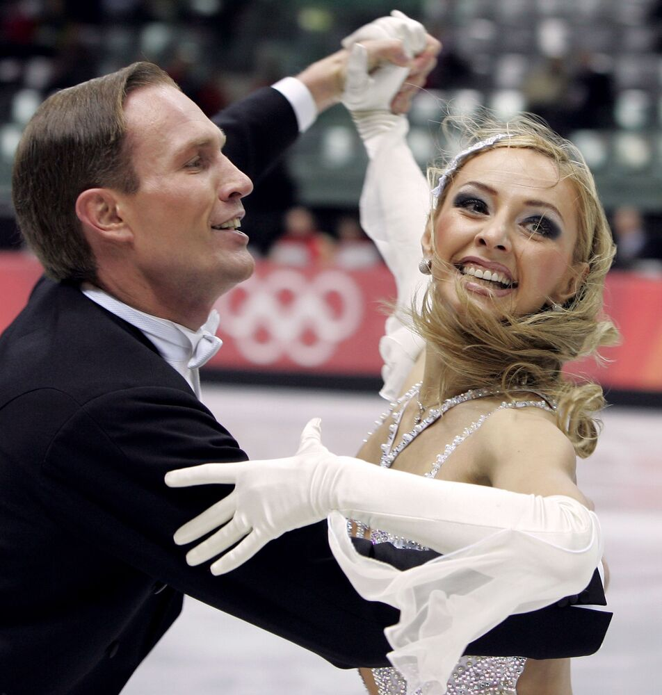 Mistrzowie olimpijscy Tatjana Nawka i Roman Kostomarow podczas Igrzysk Olimpijskich w Turynie.