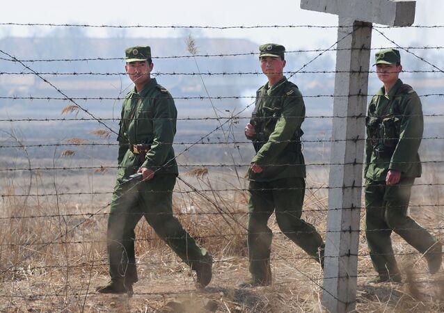 Chińscy żołnierze na granicy z Koreą Północną