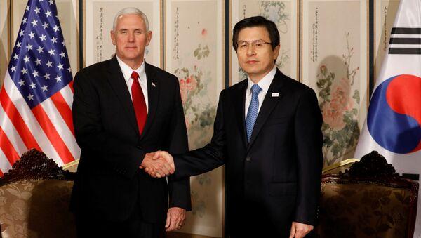 Wiceprezydent USA Mike Pence i premier Korei Południowej Hwang Kyo-ahn na rozmowach w Seulu - Sputnik Polska