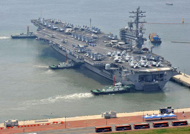 Amerykański lotniskowiec Ronald Reagan w południowokoreański porcie Pusan