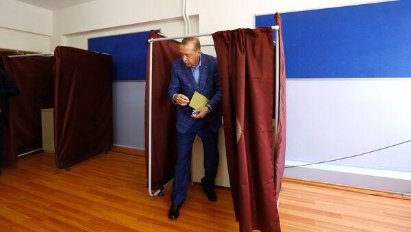 Turecki prezydent Tayyip Erdogan podczas głosowania na referendum, Stambuł, 16 kwietnia 2017 roku - Sputnik Polska