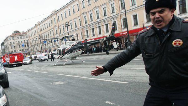 Policjant przy stacji metra Tiechnologiczeskij Institut w Petersburgu - Sputnik Polska