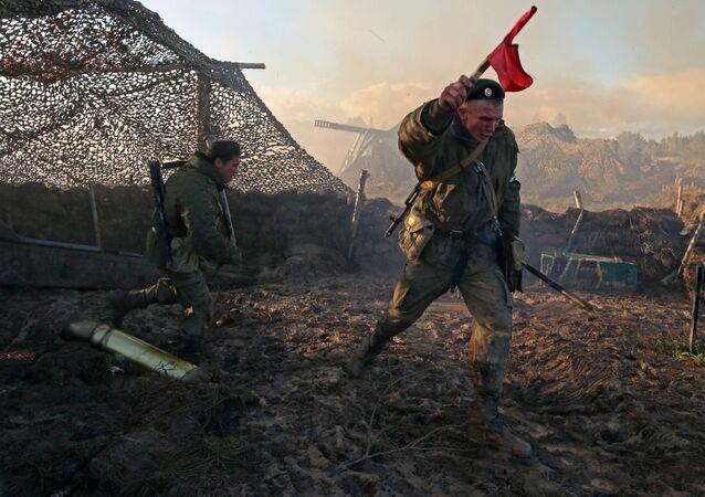 """Żołnierze na pozycji bojowej baterii artyleryjskiej """"Hiacynt"""" podczas ćwiczeń """"Zachód 2013"""""""