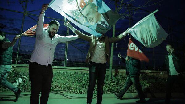 Zwolennicy systemu prezydenckiego w Turcji świętują zwycięstwo w referendum - Sputnik Polska