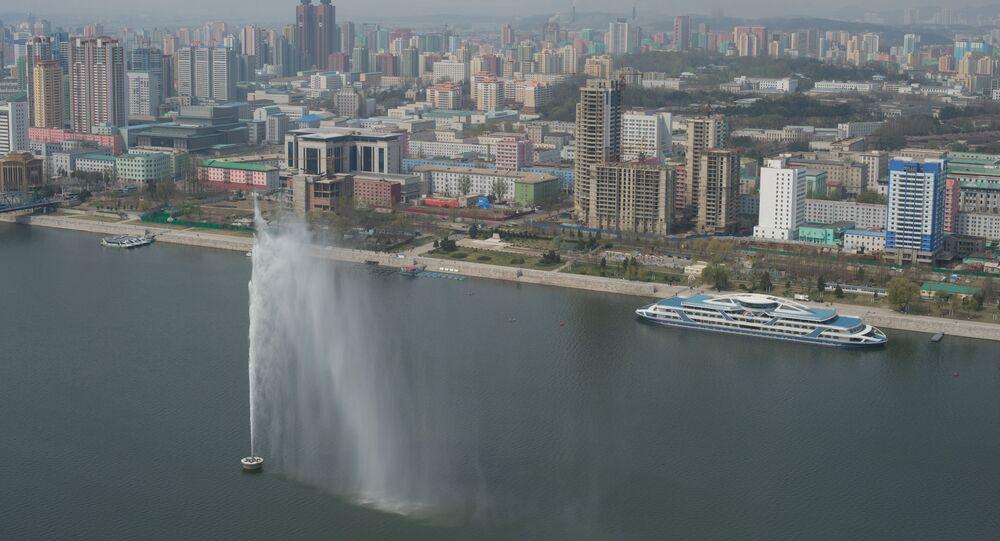 Widok na Pjongjang z placu widokowego Wieży Idei Dżucze