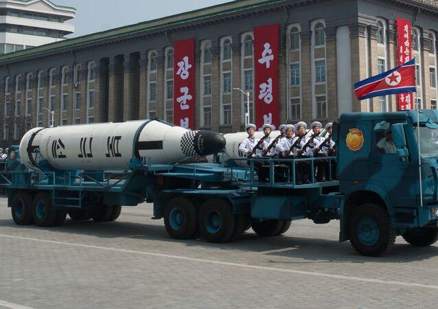 """Pociski balistyczne średniego zasięgu na paliwo stałe """"Pukkykson-1"""" podczas parady poświęconej 105. rocznicy urodzin założyciela Korei Północnej Kim Ir Sena w Pjongjangu"""