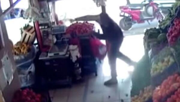 W Turcji mężczyzna obronił się przed uzbrojonym przestępcą za pomocą pomidorów - Sputnik Polska