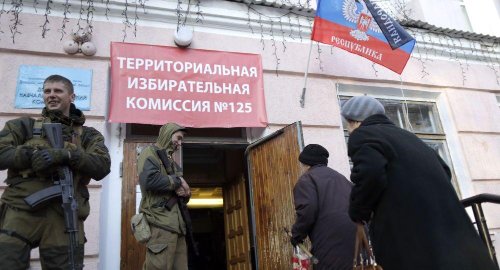 Mieszkańcy Doniecka przy wejściu do lokalu wyborczego №125 na wyborach szefa DRL i deputowanych Rady Ludowej Republiki