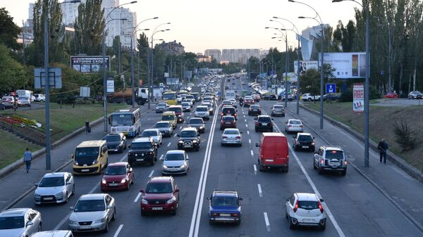 Ruch samochodowy na jednej z ulic w Kijowie - Sputnik Polska
