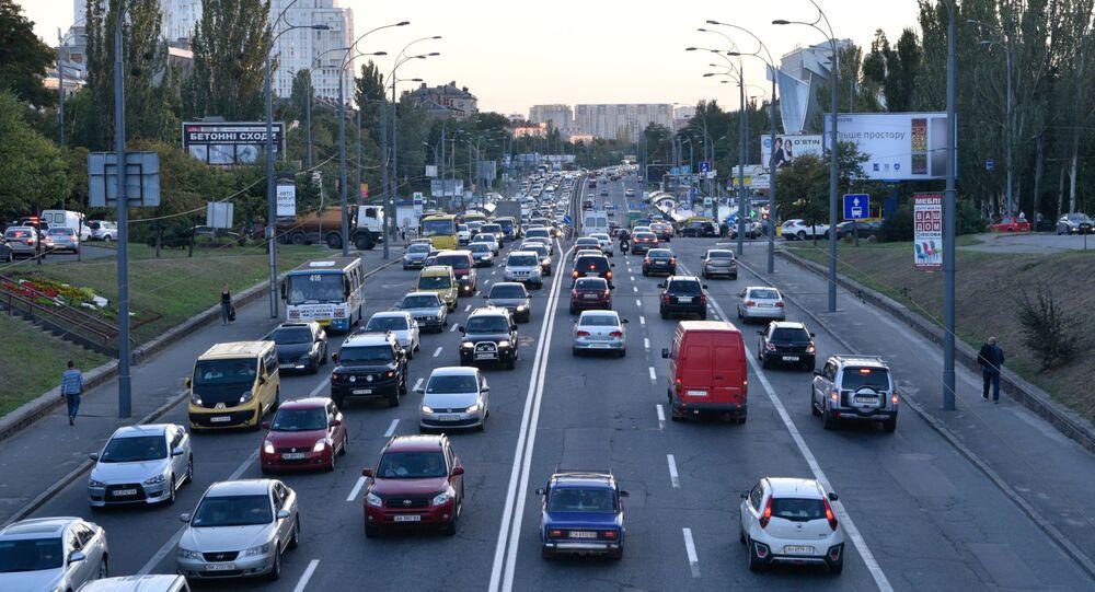 Ruch samochodowy na jednej z ulic w Kijowie