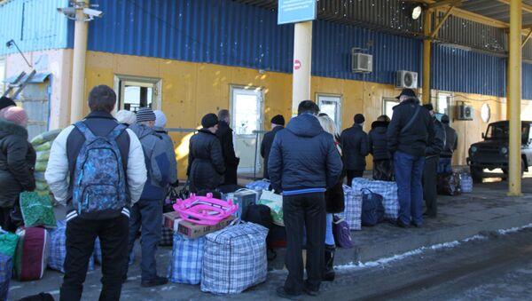 Ukraińscy uchodźcy w punkcie granicznym w obwodzie donieckim na granicy Ukrainy z Rosją - Sputnik Polska