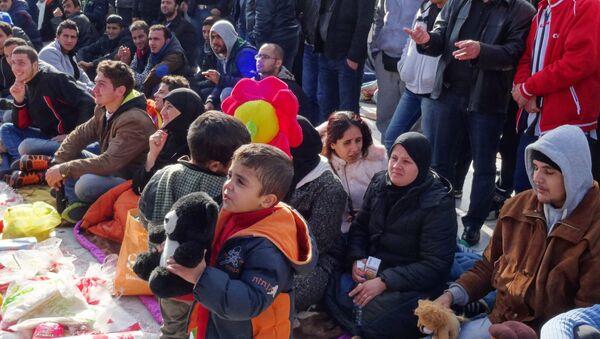Syryjscy uchodźcy przed greckim parlamentem w Atenach - Sputnik Polska