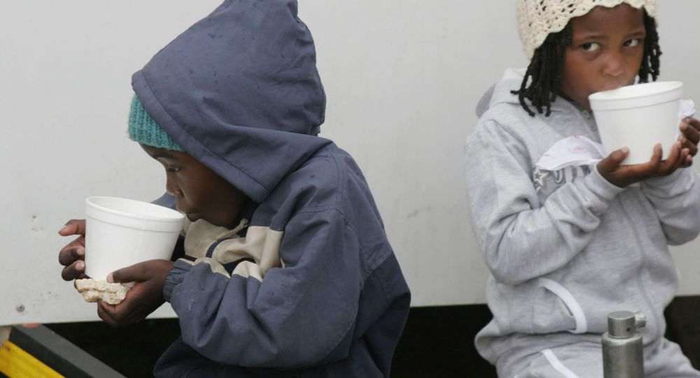 Dzieci afrykańskich imigrantów w tymczasowym obozie