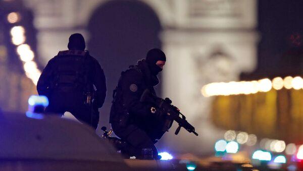 Policja w centrum Paryża po zamachu na Polach Elizejskich - Sputnik Polska