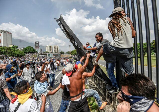 Antyrządowe zamieszki w Caracasie