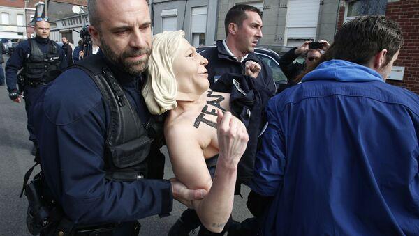 Aresztowanie aktywistek Femen we Francji - Sputnik Polska