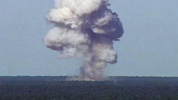Wybuch amerykańskiej superpotężnej bomby nienuklearnej GBU-43 podczas testów na Florydzie - Sputnik Polska