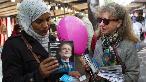 Zwolenniczka kandydata na prezydenta Francji, lidera organizacji En Marche Emmanuela Macrona uprawia agitację w Paryżu - Sputnik Polska