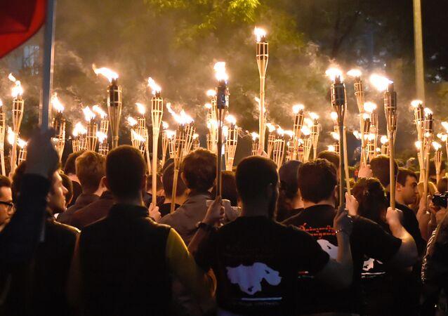 Uczestnicy pochodu z pochodniami poświęconego pamięci ofiar ludobójstwa Ormian w Imperium Osmańskim w 1915 roku w Erewaniu
