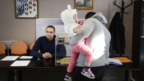 Wyborcy w czasie pierwszej tury wyborów prezydenckich we Francji - Sputnik Polska