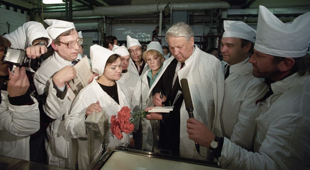 Przewodniczący Rady Najwyższej Rosji Borys Jelcyn na hurtownnie rybnej