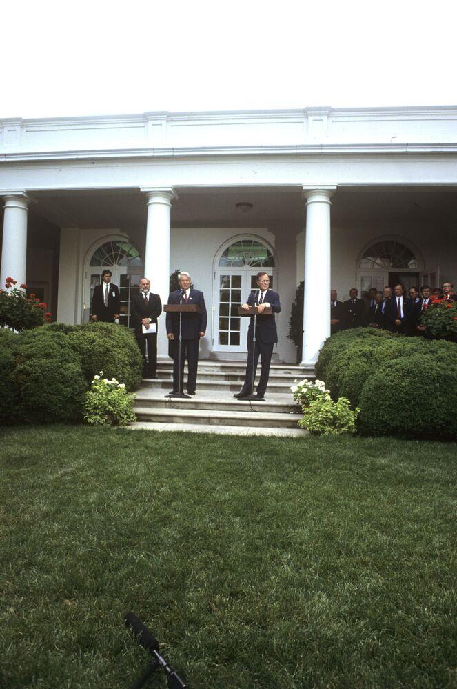 Prezydent RFSRR Borys Jelcyn i prezydent USA George Bush przed wejściem do Białego Domu