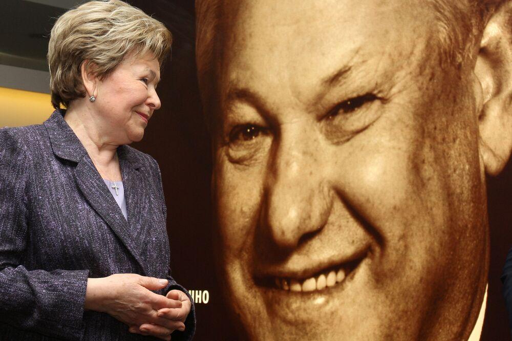 Żona Borysa Jelcyna Naina przed jego portretem na wystawie Borys Jelcyn - początek nowej Rosji