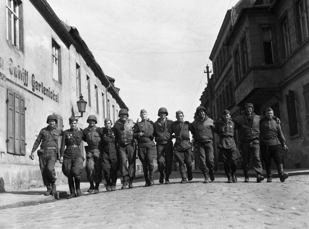 Żołnierze radzieccy i amerykańscy w Torgau, 25 kwietnia 1945. Zdjęcie z archiwum Jacka Connona