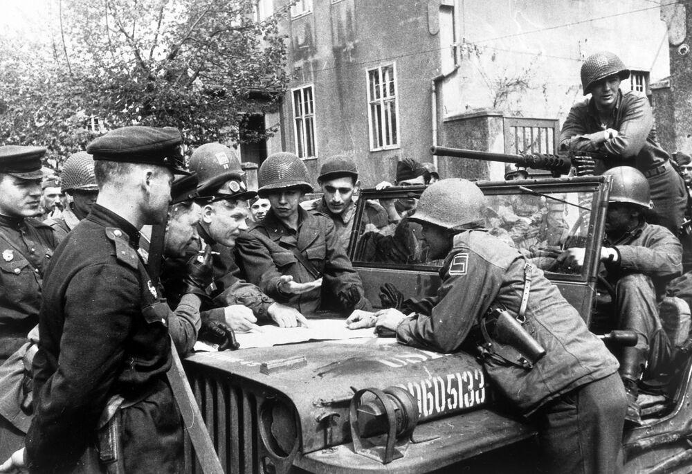 Wojska 1. Frontu Ukraińskiego Armii Czerwonej spotkały się z wojskami amerykańskimi.