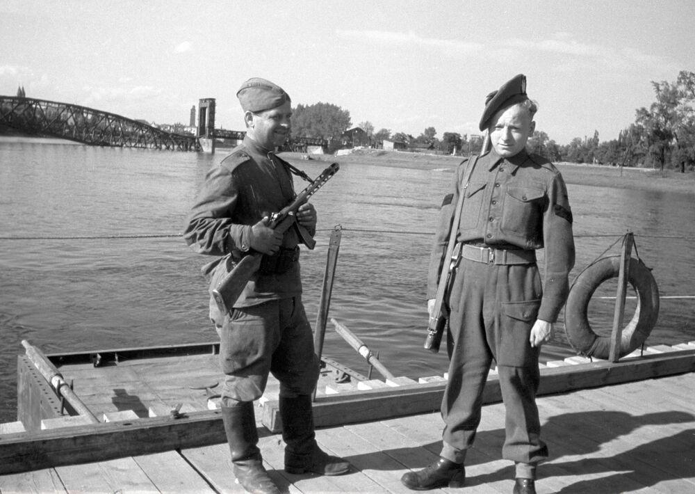Żołnierze radziecki i brytyjski nad Łabą