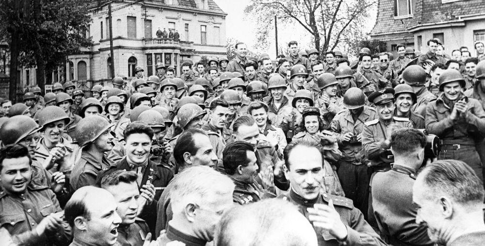 25 kwietnia 1945 wojska 1. Frontu Ukraińskiego Armii Czerwonej spotkały się z wojskami amerykańskimi.