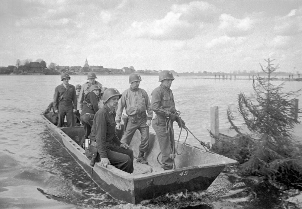 Amerykańscy żołnierze przeprawiają się przez Łabę