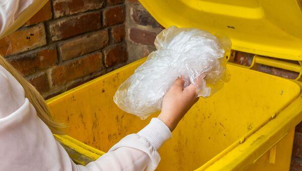 Kobieta wyrzuca plastik - Sputnik Polska