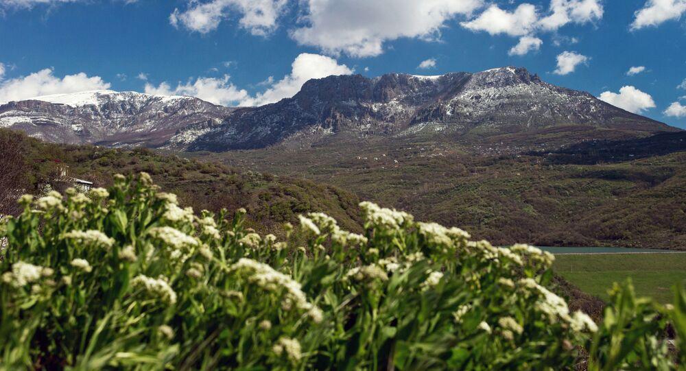 Dolina u podnóży masywu górskiego Demerdżi, na Krymie