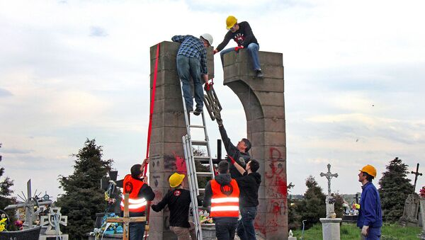 Demontaż pomnika UPA na cmentarzu w Hruszowicach w pobliżu Przemyśla - Sputnik Polska