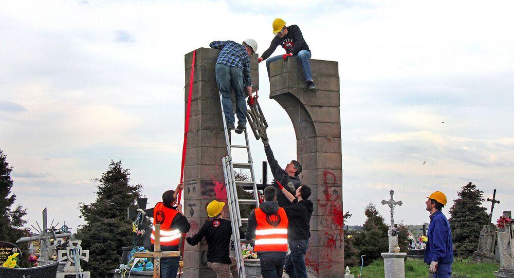 Demontaż pomnika UPA na cmentarzu w Hruszowicach w pobliżu Przemyśla