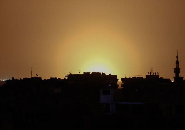 Łuna od wybuchów na międzynarodowym lotnisku w Damaszku