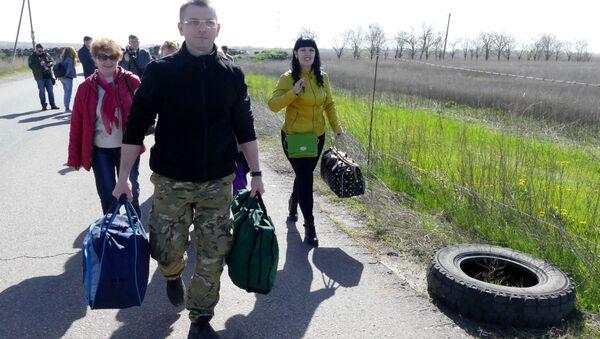Krewni jeńców zwolenników DRL udają się na terytorium kontrolowane przez rząd w Kijowie - Sputnik Polska