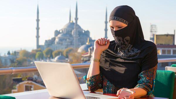 Muzułmanka przy komputerze - Sputnik Polska